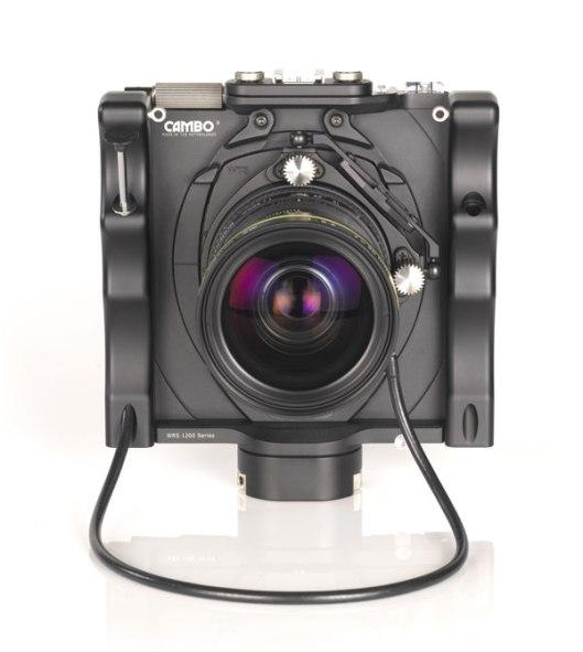 Die WRS 1200 von Cambo, eine Weitwinkelkamera mit verschiebbarer Bildstandarte, wird in verschiedenen Versionen angeboten. Die Modelle dieser Reihe bieten Möglichkeiten zur Perspektiv- und – dank verstellbarer Objektivschnecke - auch zur Schärfelagekorrektur.