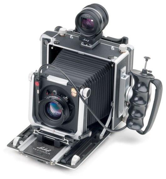 Die Master Technika von Linhof , eine Großformatkamera im Format 4x5 Zoll, ist eine zusammenklappbare Laufbodenkamera. Als Fachkamera bietet sie Verstellungmöglichkeiten zur Beeinflussung von Perspektive und Schärfenebene.