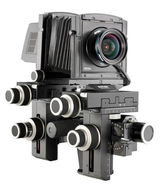 Die Sinar P 3 ist eine klassische Fachkamera mit Bild- und Objektivstandarte, mit Basisgelenken und einem Wechselbalgen auf einer optischen Bank.Optimiert für die digitale Aufnahmetechnik auf kleineren Sensorflächen  im Vergleich zu den entsprechend grossen chemischen Filmen.